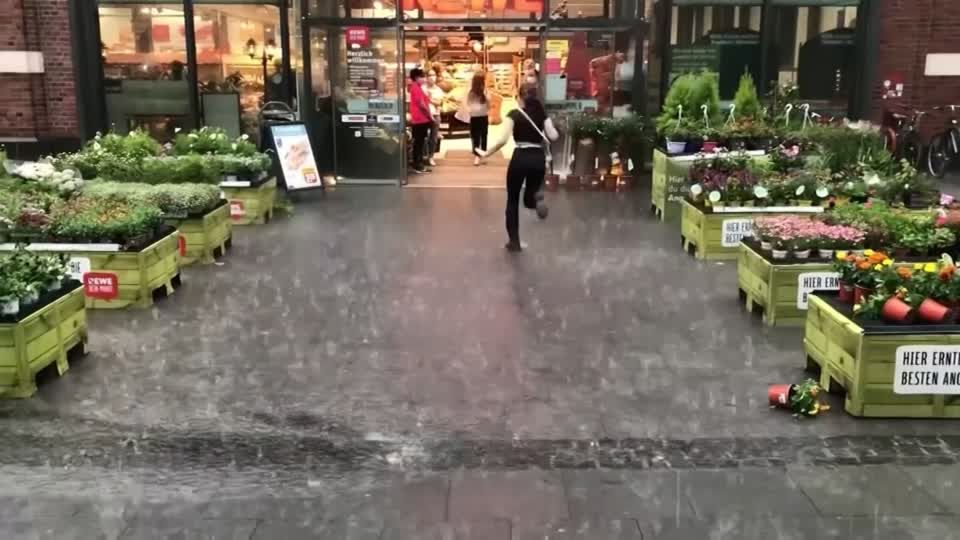 Deutschland: Überflutungen und entwurzelte Bäume: Unwetter richten schwere Schäden an