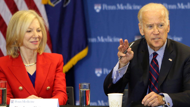 Amy Gutmann und Joe Biden bei einer Roundtable-Diskussion