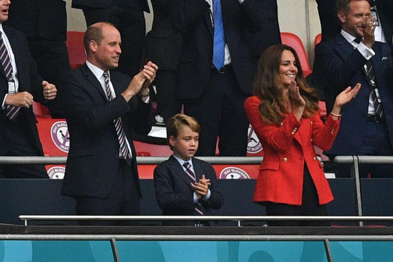 Es war ein großer Abend für Fans der englischen Fußball-Nationalmannschaft: Mit einem 2:0-Sieg gegen Deutschland revanchierten sich die Three Lions für die bittere Niederlage im Elfmeterschießen im Halbfinale der EM 1996. Auch Thronfolger Prinz William war gekommen - und hatte Ehefrau Kate sowie seinen ältesten Sohn George mitgebracht.