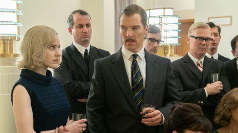 CIA-Mitarbeiterin Emily Donovan und der Briten Greville Wynne stehen auf einem Empfang