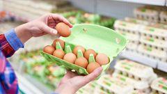 Wer frische Eier einkauft, sollte genau aufpassen. Man darf zwar nachsehen, ob alle Eier heile sind, aber es ist nicht erlaubt kaputte Eier aus einem Karton mit einem anderen zu tauschen. Das liegt daran, dass jeder Eierkarton eine Chargennummer hat, die genau Auskunft über Größe und Lagerung gibt. Sie lässt auch Rückschlüsse auf Erzeuger und Packstation zu. Wer Eier durcheinander bringt, sorgt für Verwirrung und benachteiligt im schlimmsten Fall andere Verbraucher.
