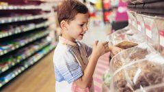 Das Kind zetert im Supermarkt, die nächste Gummibärchentüte ist nicht weit, dann darf das Kind doch schonmal naschen. Oder? Juristisch gesehen sollten sich Verbraucher besser zügeln. Denn bis zum Bezahlen gehört die Ware dem Ladenbesitzer. Meist drücken die Verkäufer ein Auge zu, wenn man beispielsweise ein Schluck aus der Wasserflasche nimmt. Verdrückt man aber einen Schokoriegel auf dem Weg zum Kassenband, sieht es schon schwieriger aus, zu leicht verschwindet das Papier in der Hosentasche.
