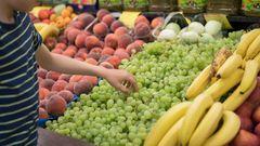 Die Weintrauben sehen appetitlich aus, aber schmecken sie auch? Schnell landet das Obst so in den Mund. Eine Geschmacksprobe ist aber nicht erlaubt, streng genommen ist sie sogar Diebstahl. Auch hier gilt: Bis zum Bezahlen gehört die Ware dem Ladenbesitzer. Wer Obst oder Gemüse vorher probieren möchte, muss das Verkaufspersonal fragen. In Ordnung ist es, den Reifegrad von Obst und Gemüse zu überprüfen. Aber Vorsicht: Die Produkte dürfen nicht beschädigt werden.
