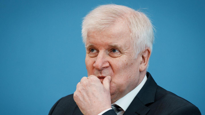Horst Seehofer greift sich nachdenklich ins Gesicht