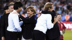 """08.07.2006:  Deutschland gewinnt bei der WM 2006 im eigenen Land das Spiel um Platz 3 gegen Portugal. Bundeskanzlerin Angela Merkel verleiht Spielern wie auch den Trainern die Medaillen. Nach dem Rücktritt des """"ausgebrannten"""" Klinsmann wirdLöw kurz danachzum Chef der Nationalelf befördert."""