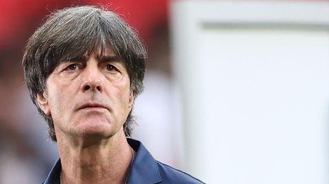Nach dem EM-Aus steht Bundestrainer Jogi Löw in blauem Hemd im Wembley-Stadion und schaut konsterniert