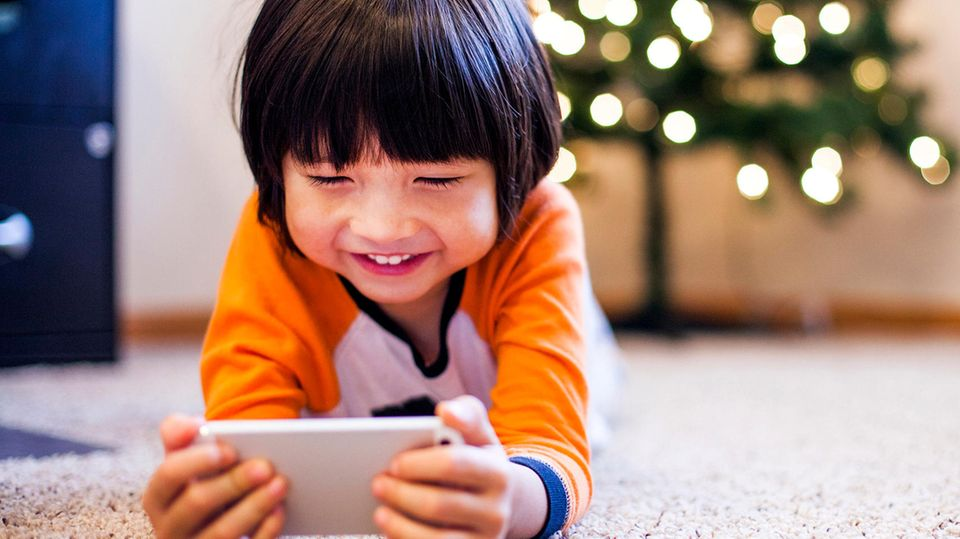 Kind spielt am Handy