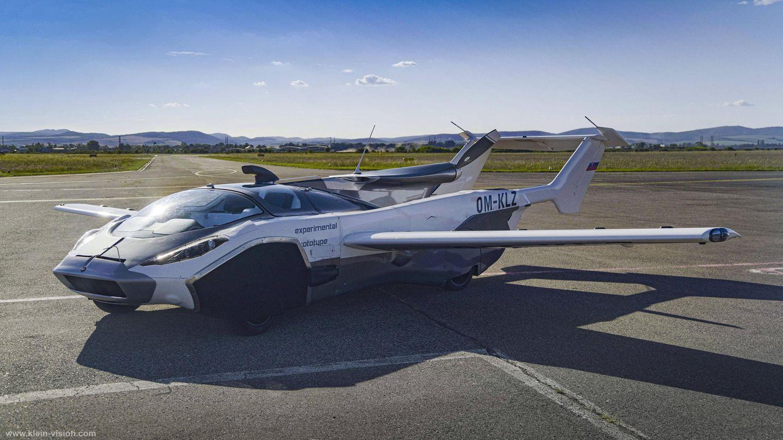 Das Aircar auf der Startbahn eines Flughafens.
