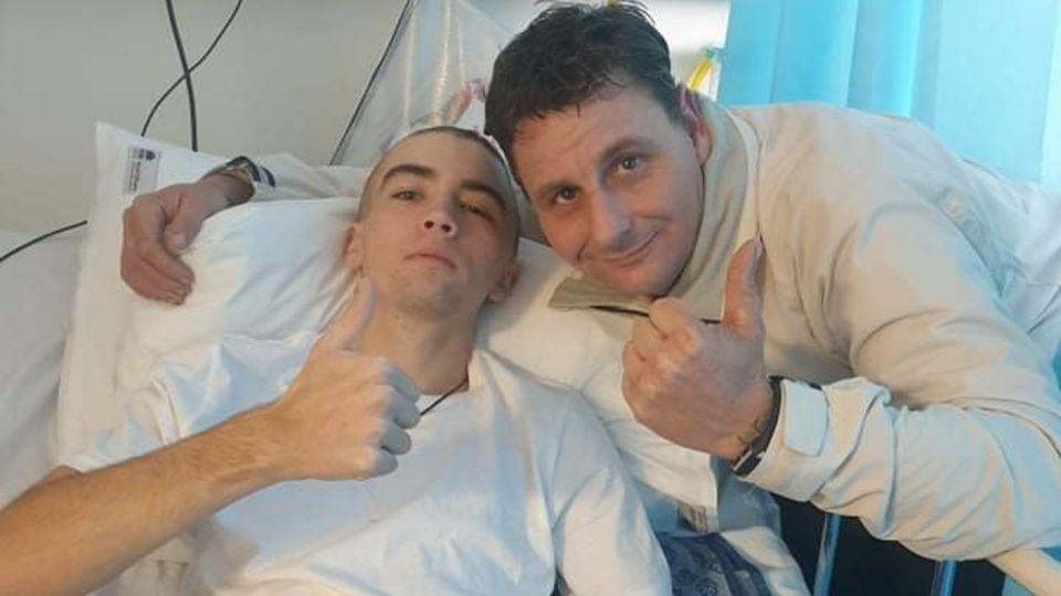 Nick Myhill mit seinem Stiefvater Matthew Price nach dem Wal-Unfall