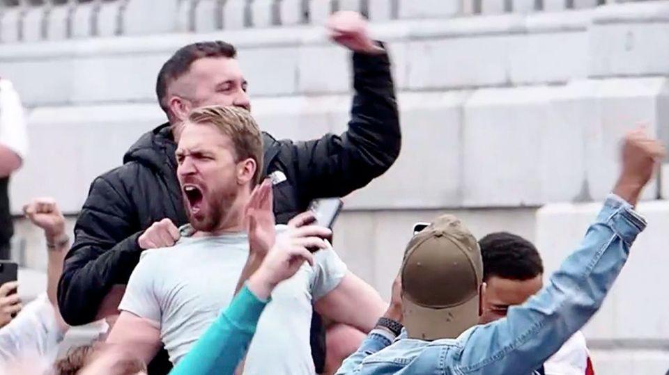 England: Fußballfans feiern den Einzug ihrer Mannschaft ins EM-Viertelfinale euphorisch.