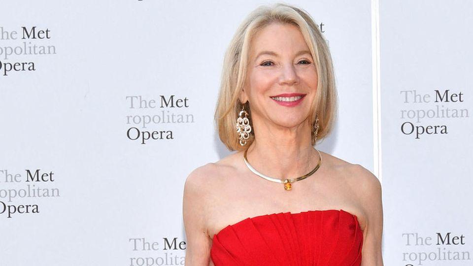Amy Gutmann in einem roten Abendkleid