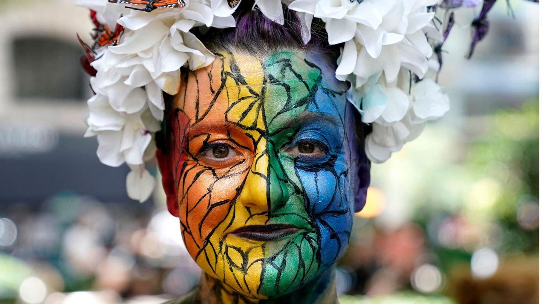 Eine Teilnehmerin einer Queer-Parade Marsches in New York