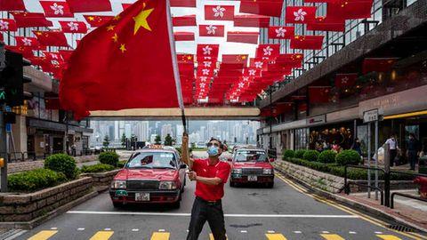 Mann schwenkt China-Flagge