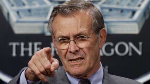 Donald Rumsfeld zeigt mit dem Finger in die Kamera