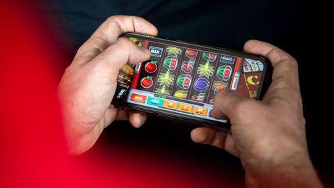 Mit dem neuen Glücksspielstaatsvertrag, der am 1. Juli 2021 in Kraft tritt, werden bisher verbotene virtuelle Automatenspiele im Internet sowie Online-Casinos mit Poker oder Roulette erlaubt