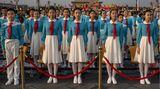 Peking, China. Chinesische Schüler stehen für die Feierlichkeiten zum 100-jährigen Jubiläum der Kommunistischen Partei stramm auf dem Tian'anmen-Platz. Eben dort wurde 1989 eine Protestbewegung für Demokratie vom Regime gewaltsam niedergeschlagen.