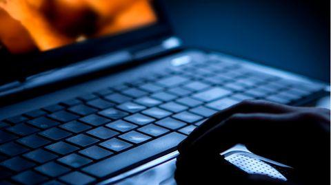 Die Tastatur eines Laptops in einer dunklen Umgebung