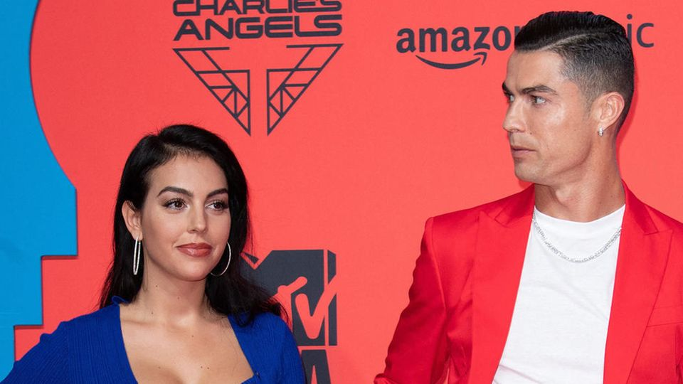Freundin Georgina Rodríguez steht neben Cristiano Ronaldo