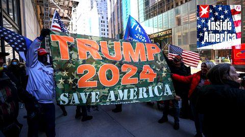 Trump-Anhänger fordern am Trump Tower in New York City eine Kandidatur des Ex-Präsidenten im Jahr 2024