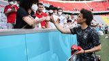 LÄNGER UND NATÜRLICHER:Flügelstürmer Leroy Sané sticht für Weinitschke aus der deutschen Mannschaft hervor, weil er seine Haare sehr lang trägt. Diese Frisur mit den Naturlocken liege im Trend. Zumindest bei diesem Fan, den Sané hier begrüßt.