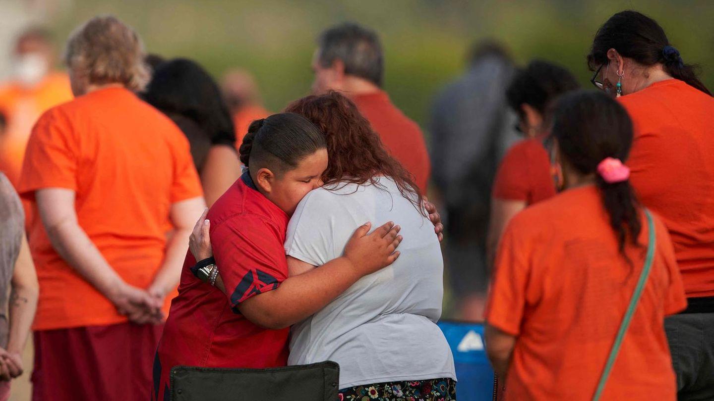 Angehörige der Cowessess First Nation Gemeinschaft trauern nach dem Fund nicht gekennzeichneter Gräber