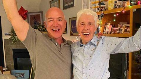 Dieses Bild zeigt den Moment, in dem Jeff Bezos (l) Wally Funk (r) verkündet, dass sie mit ins Weltall fliegen wird
