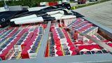 Karlsruhe, Deutschland. Doppeltes Dach statt doppelter Boden: In einem in der Decke eingebauten Versteckhaben Fahnder des Hauptzollamts Karlsruhe bei einer Kontrolle eines Lastwagens auf der A5 670.000 unversteuerte und gefälschte Zigaretten sichergestellt.