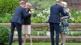Die beiden Prinzen begrüßen vor Beginn der Zeremonie ihre TantenLady Sarah McCorquodale (l.) und Lady Jane Fellowes (r.), beide sind Schwestern der 1997 verstorbenen Prinzessin Diana.