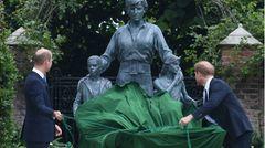 Es ist der Moment, auf den alle gewartet haben: Prinz William und Prinz Harry enthüllen die Statue zu Ehren ihrer Mutter. Prinzessin Diana wäre an diesem Tag 60 Jahre alt geworden. Die Zeremonie im Garten des Kensington Palastes bringt auch die zerstrittenen Brüder erstmals seit der Beerdigung ihres Großvaters Prinz Philip wieder zusammen.