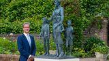 Der berühmte britische Bildhauer Ian Rank-Broadley hat die Skulptur entworfen. SeineWerke sind unter anderem imBritish Museumund imRijksmuseumausgestellt. Zudem hält fast jeder Brite täglich seine Arbeit in den Händen:Sein Porträt von KöniginElisabeth II. wird auf in Großbritannien und den Commonwealth-Staaten auf Münzen geprägt.