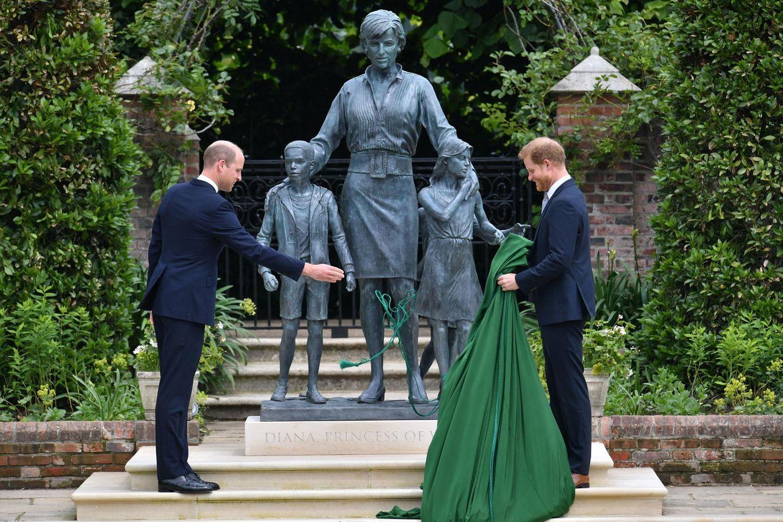 Beide Söhne haben ein Lächeln auf den Lippen, als der grüne Vorhang fällt. Es ist ein kurzer Moment der Entspannung. Dass dies auch für das Verhältnis der zerstrittenen Brüder gilt, daran bestehen Zweifel: Harry soll nach nur 20 Minuten die Veranstaltung verlassen haben.