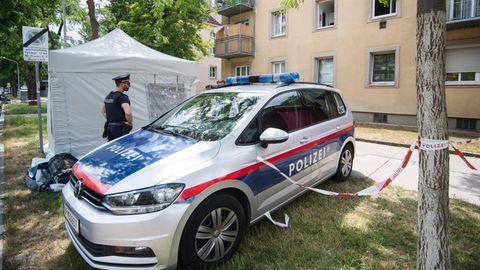 Polizisten in Wien am Fundort der toten Leonie