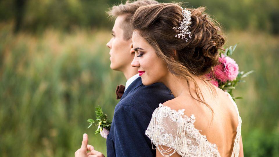 Braut umarmt ihren Ehemann