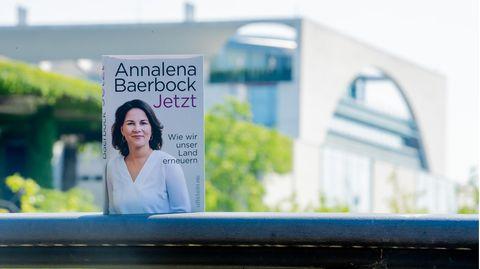 """Das Buch von Annalena Baerbock """"Jetzt. Wie wir unser Land erneuern"""" ist vor dem Bundeskanzleramt zu sehen"""