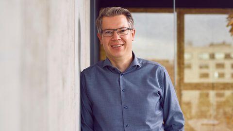 """Frank Thelen, 45 Jahre alt, ist Investor und Autor. Er ist Geschäftsführer der Risikokapitalgesellschaft Freigeist, die vor allem im Technologie-Sektoren in Gründungen in der Frühphase investiert. Thelen war von 2014 bis 2020 einer der Juroren und Investoren in der Fernsehsendung """"Die Höhle der Löwen""""."""
