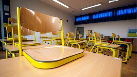 Ein leerer Klassenraum mit auf die Tische gestellten Stühle