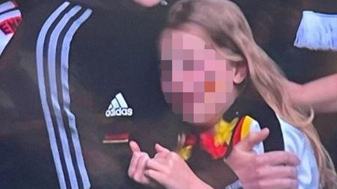 Die Kleine weint bitterlich, nachdem die deutsche Mannschaft gegen England aus dem Turnier geflogen ist