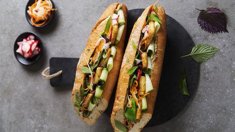 Vietnamesisches Sandwich mit Pilz-Pâté und Tofu      Zutaten:1 großes Baguette, 200 g Austernpilze, 1 kleine Zwiebel, 2 EL Bratöl (z.B. Sojaöl), 1 Knoblauchzehe, 4 EL Sojasauce, 30 g Cashewkerne, 1 EL frisch gepresster Limettensaft, frisch gemahlener weißer Pfeffer, 1 TL geröstetes Sesamöl, 200 g Naturtofu, 1 Handvoll vietnamesische Kräuter (z.B. Perilla und Minze), ¼ Salatgurke, 3 EL eingelegte Karotten-Rettich-Streifen, 2EL eingelegte Radieschen      Zubereitung:Das Baguette im Ofen bei 180°C Ober- und Unterhitze knusprig aufbacken. Die Austernpilze putzen und in Streifen zupfen. Die Zwiebel abziehen und grob würfeln. 1 EL Öl in einem Wok oder einer Pfanne erhitzen. Die Pilze und die Zwiebel darin bei mittlerer bis hoher Temperatur in 7–10 Minuten goldbraun anbraten. Den Knoblauch abziehen, fein würfeln, zugeben und 1 Minute mitbraten. Alles mit 2 EL Sojasauce ablöschen und einkochen lassen. Die Pilzmischung in ein hohes Gefäß geben und mit den Cashewkernen fein pürieren. Mit 1 EL Sojasauce, Limettensaft, Pfeffer und Sesamöl abschmecken. Den Tofu in acht gleich große Stücke schneiden. Das übrige Bratöl (1 EL) in einer Pfanne erhitzen und den Tofu darin von beiden Seiten bei mittlerer Temperatur 7–10 Minuten anbraten. Mit der übrigen Sojasauce (1 EL) ablöschen, diese einkochen lassen und den Tofu auf Küchenpapier abtropfen lassen. Die Kräuter waschen und die Blättchen abzupfen. Die Gurke waschen und mit einem Sparschäler in feinen Streifen abziehen. Das Baguette quer halbieren und die Hälften längs fast ganz durchschneiden. Die unteren und oberen Hälften gleichmäßig mit der Pilz-Pâté bestreichen und die jeweils unteren Hälften mit Gurkenstreifen belegen. Den Tofu gleichmäßig darauf verteilen, mit eingelegtem Gemüse sowie Kräutern belegen und das Sandwich zusammengeklappt servieren.      Eingelegtes Gemüse:2 mittelgroße Karotten (ca. 150 g), ½ Rettich (ca. 150 g), ½ TL Salz, 40 g Zucker, 100 ml heller Reisessig  Zubereitung:Die Karotten und den Rettich schälen und m