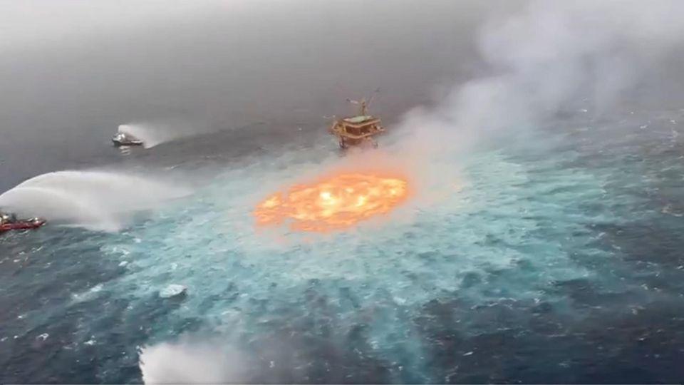 """Das """"Feuerauge"""" im Golf von Mexiko. Eine Pipeline brannte hier am Freitag"""