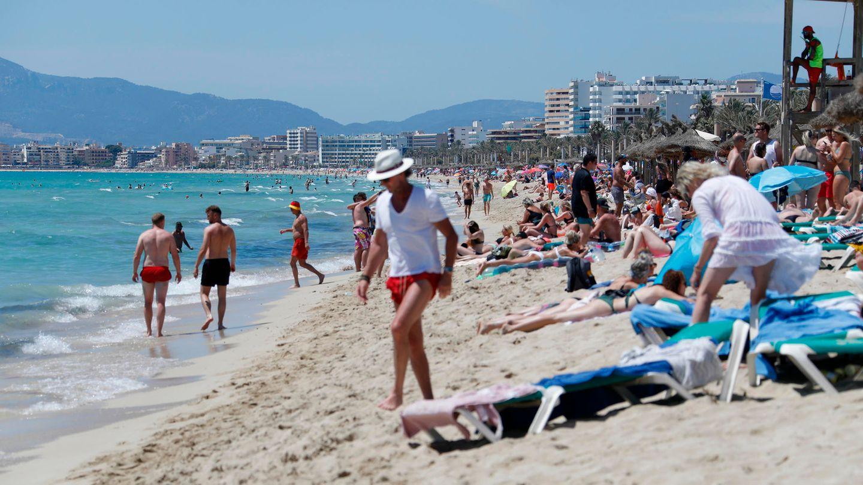 Touristen am Strand von Arenal in Palma de Mallorca