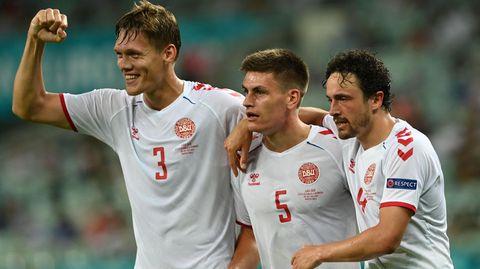 Jannik Vestergaard, Joakim Maehle und Thomas Delany, der Schütze zum ersten Treffer der Dänen, feiern das Tor zur 2:0-Führung