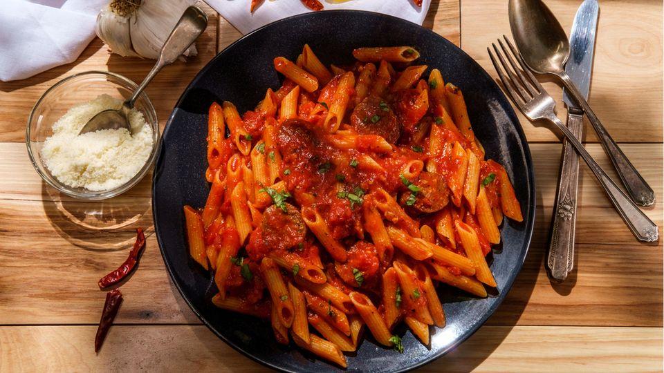 Penne all'arrabbiata  Sie ist leidenschaftlich bis zornig - je nachdem wie viel Peperoncini Sie in die Sauce geben.Die Pasta all'arrabbiata gehört zu den Klassikern der italienischen Küche. Hier geht's zum Rezept!