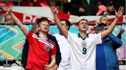 Englische Fans singen auf der Tribüne im Wembley-Stadion