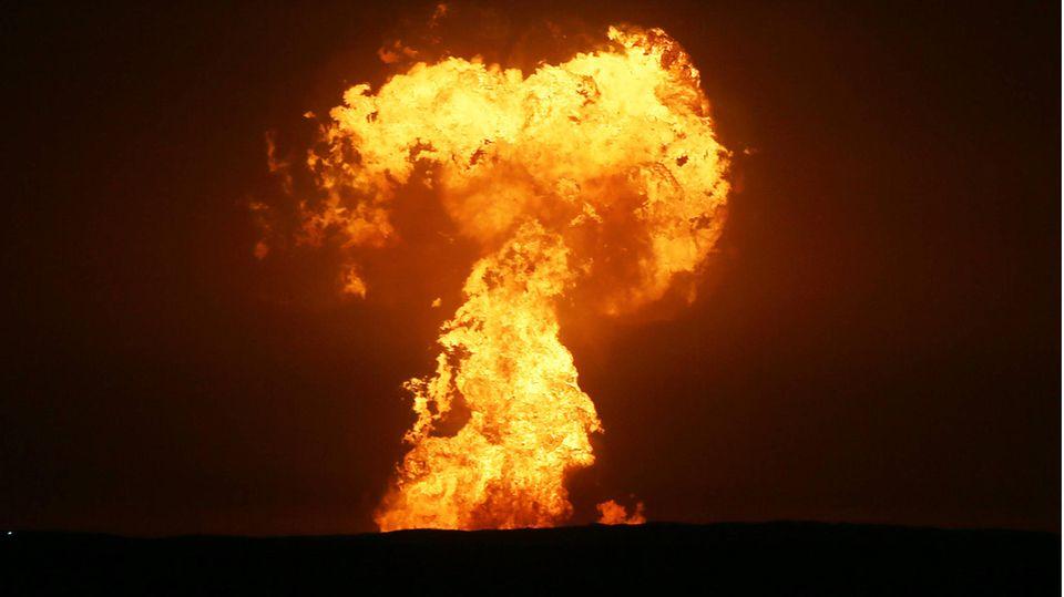 Bilder zeigen die riesige Explosion vor der Küste Aserbaidschans