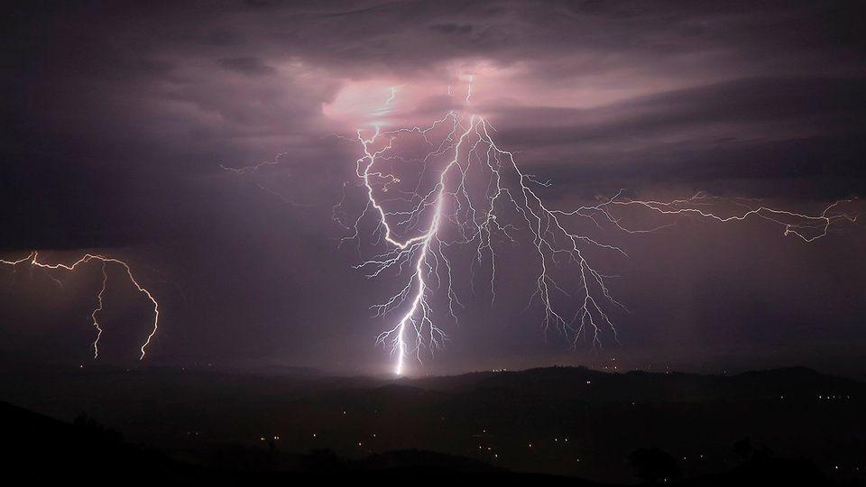 Blitze entladen sich während eines Gewitters (Archivfoto)