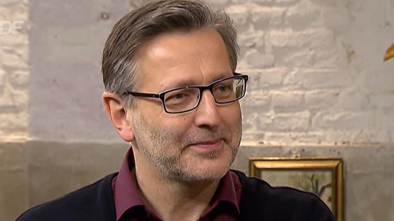 Detlev Kümmel steht im Studio von Bares für Rares in Pulheim am Expertentisch