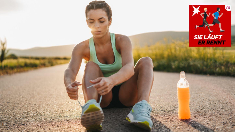 Eine Läuferin sitzt am Boden und bindet ihre Schuhe