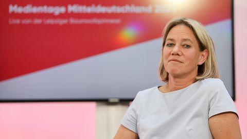 Christine Strobl, ARD Programmdirektorin, sitzt auf einem Podium auf den Medientagen Mitteldeutschland
