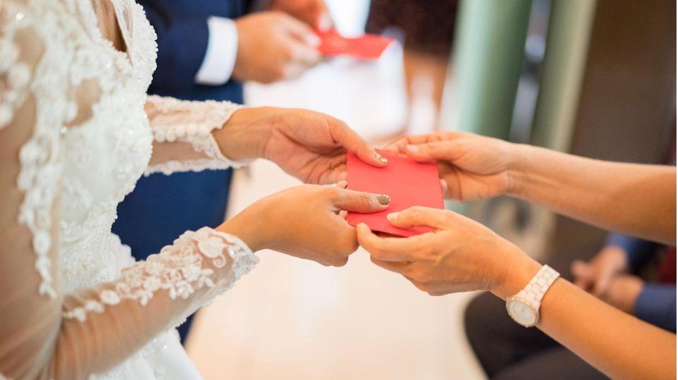 Zur Hochzeit bekommt das Brautpaar Geschenke