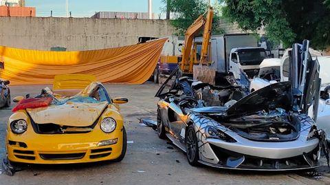 Durch das philippinische Zollamt werden illegal eingeführte Luxusautos öffentlich demoliert